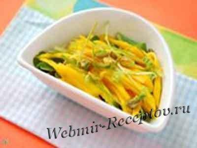 Острый салат из манго с фисташками