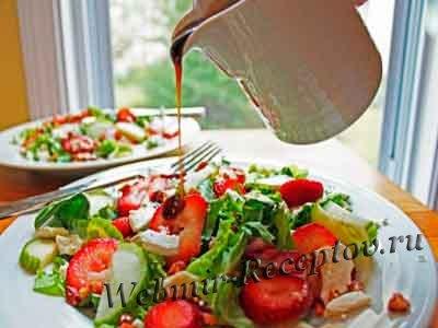 Салат с козьим сыром и клубникой