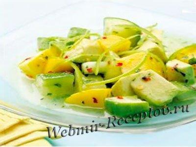 Легкая закуска из авокадо, овощей и крабов
