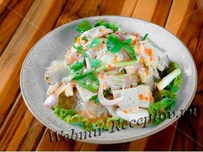 Грибной салат с вареной колбасой