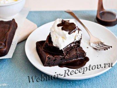 Шоколадно-йогуртовый торт с шоколадным соусом