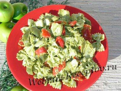 Макароны с соусом песто из сельдерея и зелени