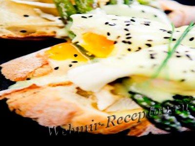Яйцо под молочным соусом